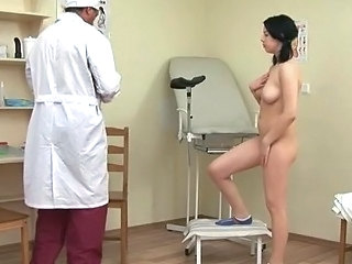 Brunette Gets Her Pussy Probed Wits Her Taint